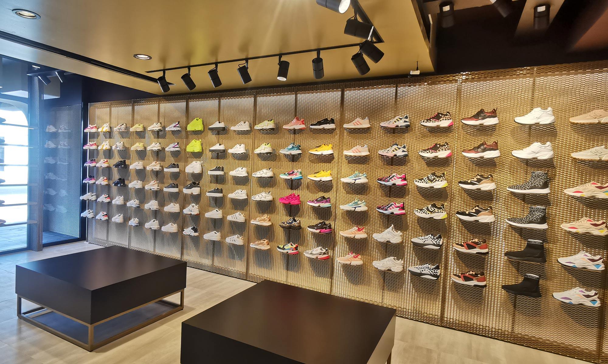 https://www.atelierzoz.com/wp-content/uploads/2020/03/works_atelierzoz_sneakershero-paralimni-1.jpg